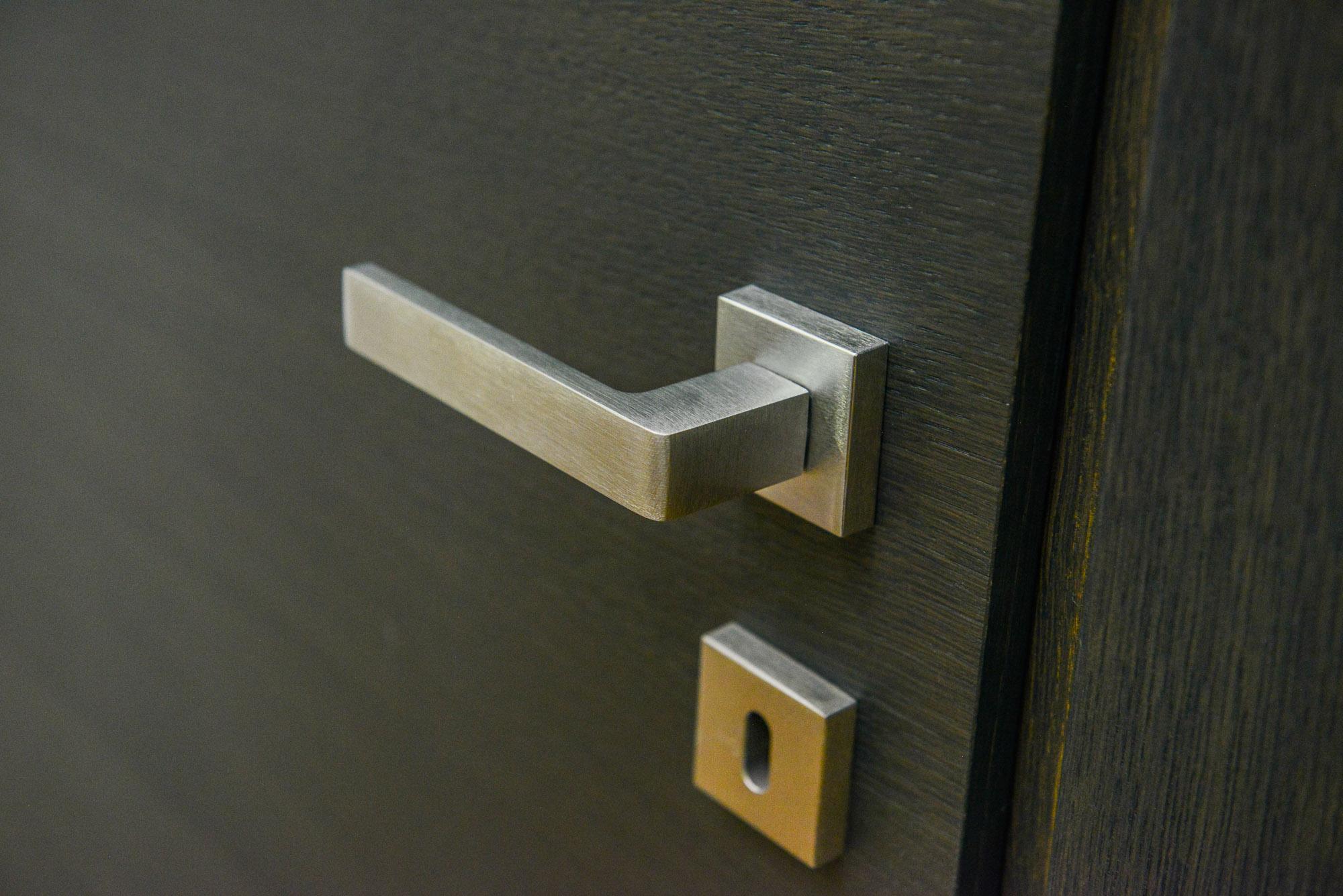 Dettaglio porta di legno e maniglia