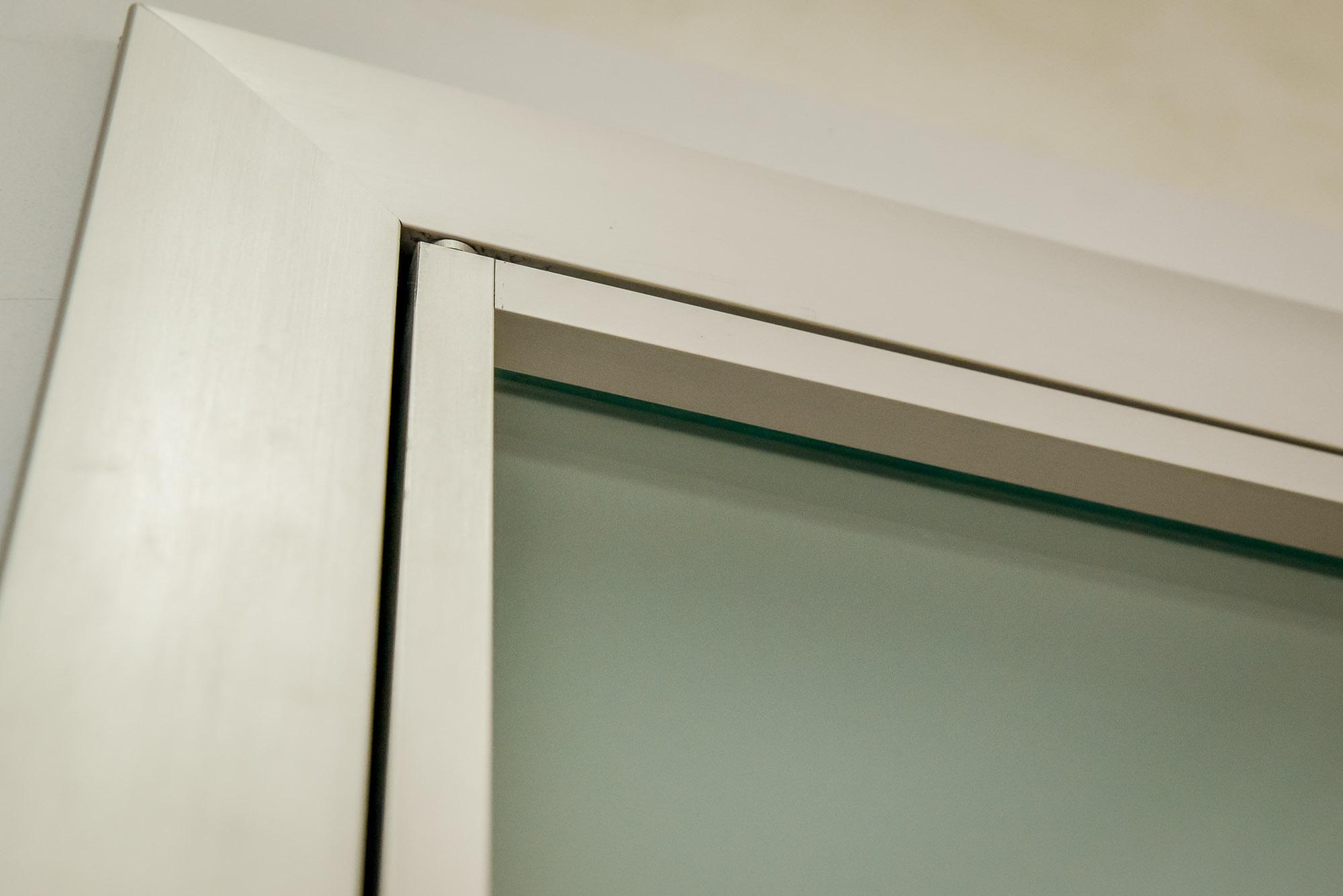 Dettaglio di una porta boiserie, con parti in alluminio e vetro